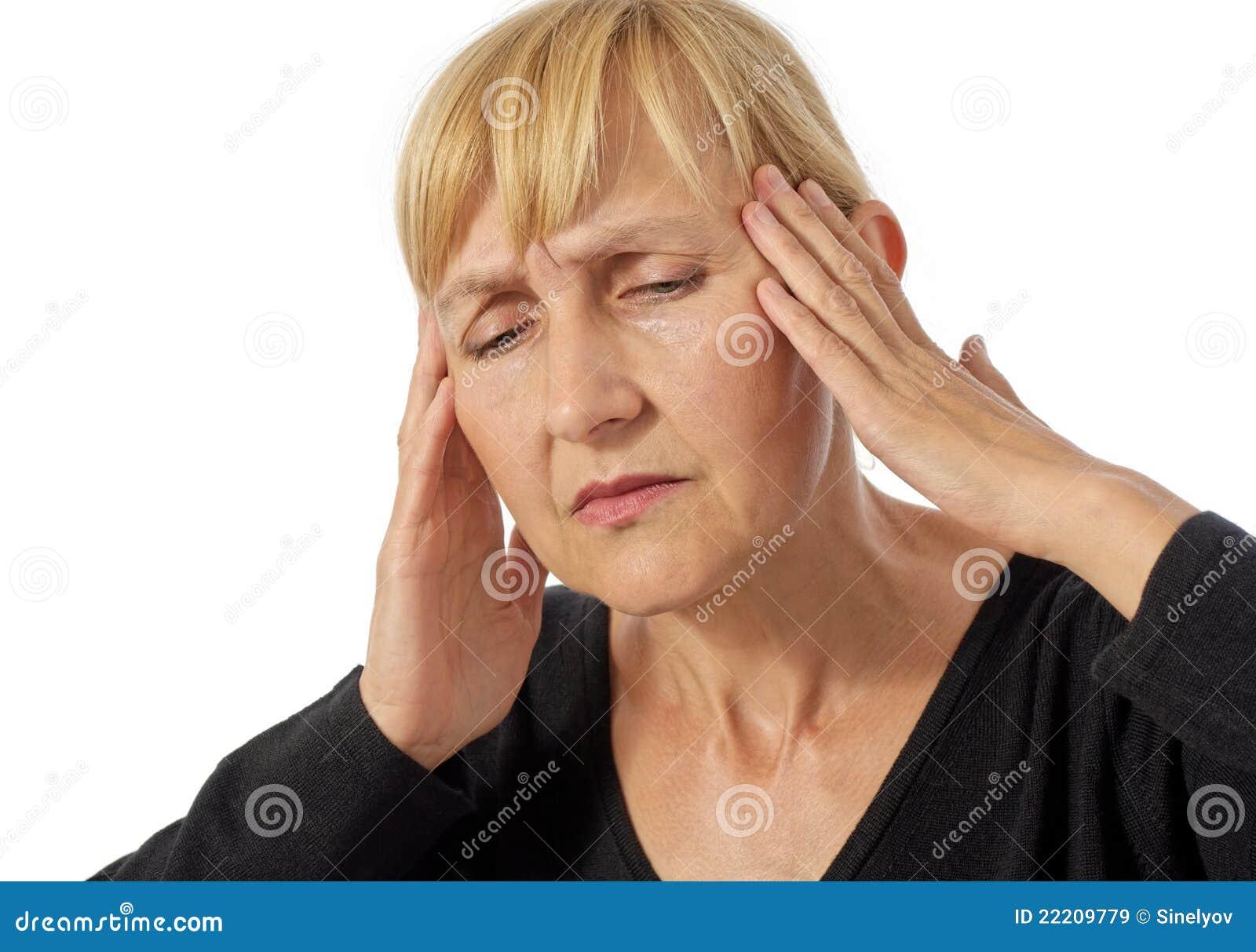 Mittlere gealterte Frau, die Kopfschmerzen hat
