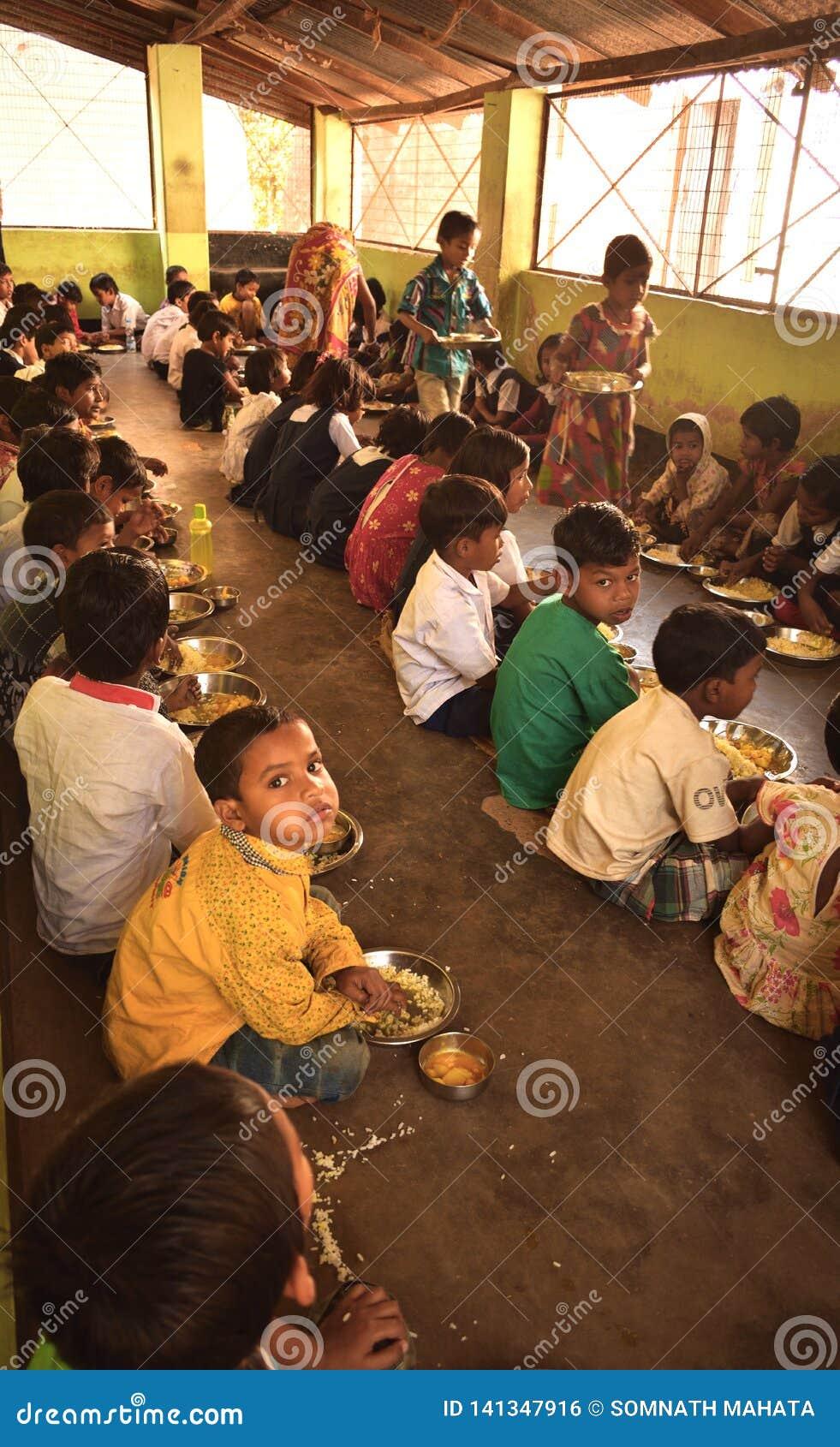 Mittleres Tagesmahlzeitprogramm, in einer Initiative der indischen Regierung, läuft in eine Grundschule Schüler nehmen ihre Mahlz