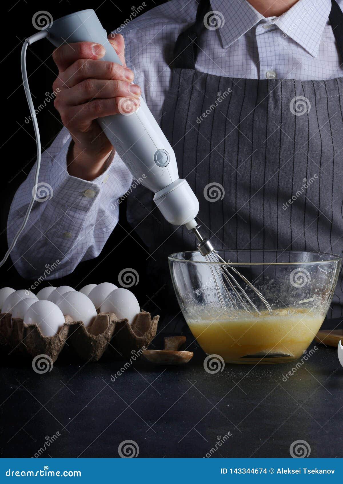 Mixer en deeg recept van pastei of cakeconcept op dark