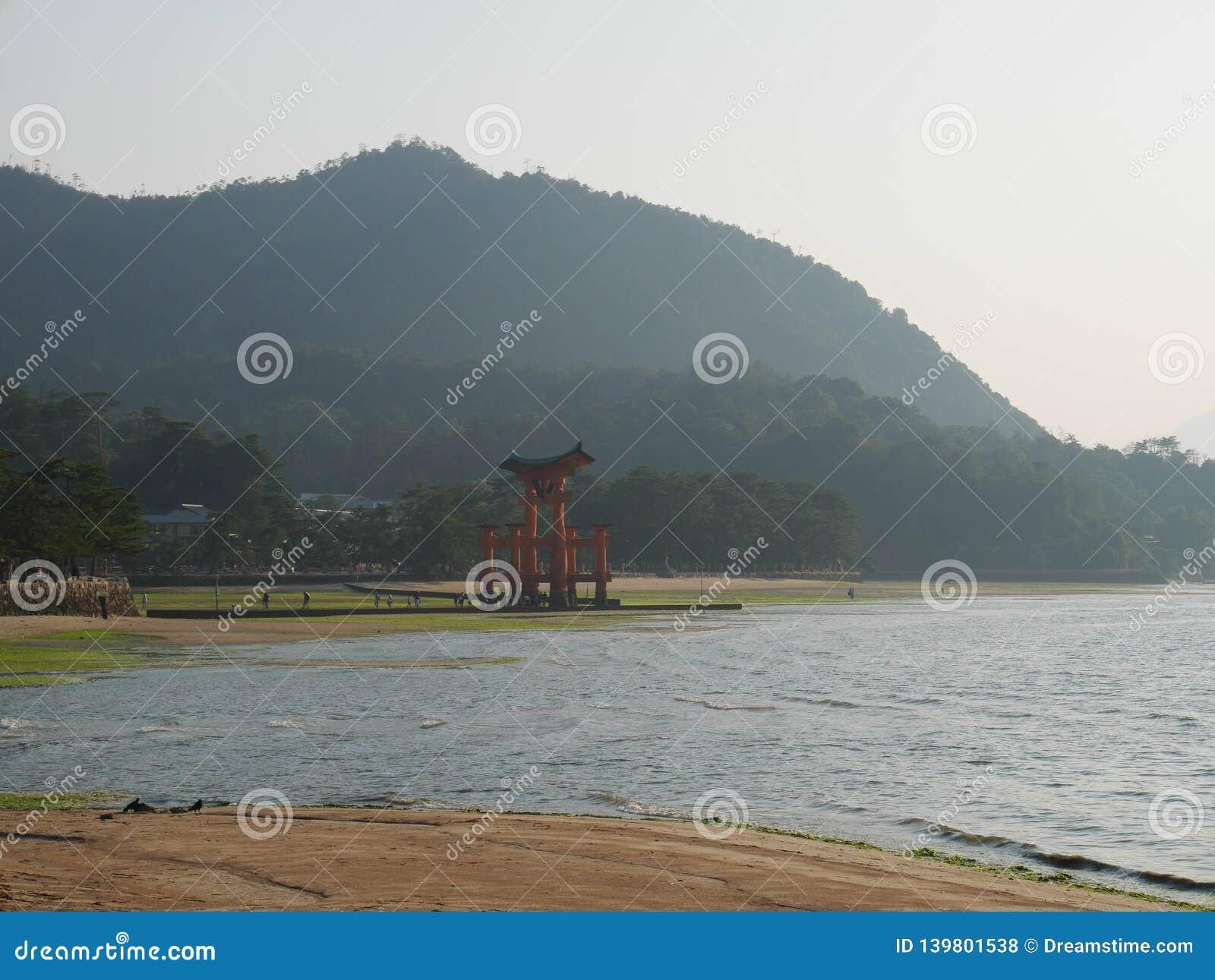Miyajima en av de sceniska fläckarna för överkant tre i Japan