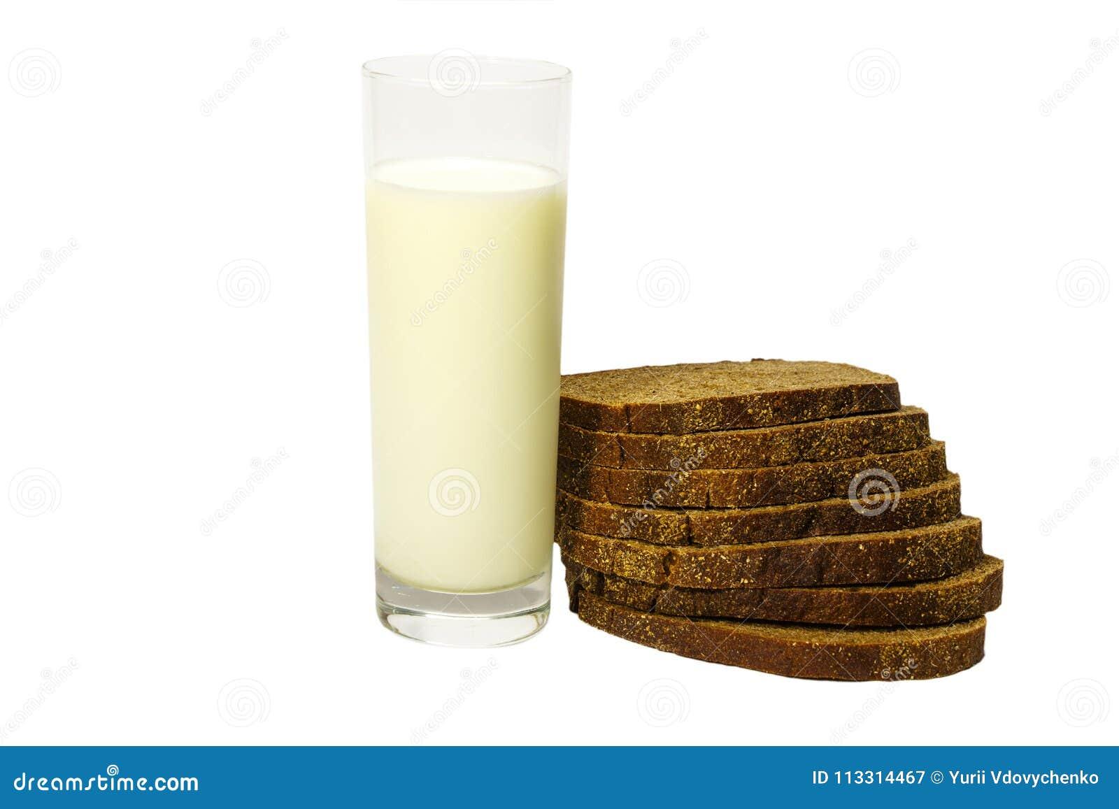 Mjölka i ett glass nytt som paras med skivat?? rågbröd bakgrund isolerad white