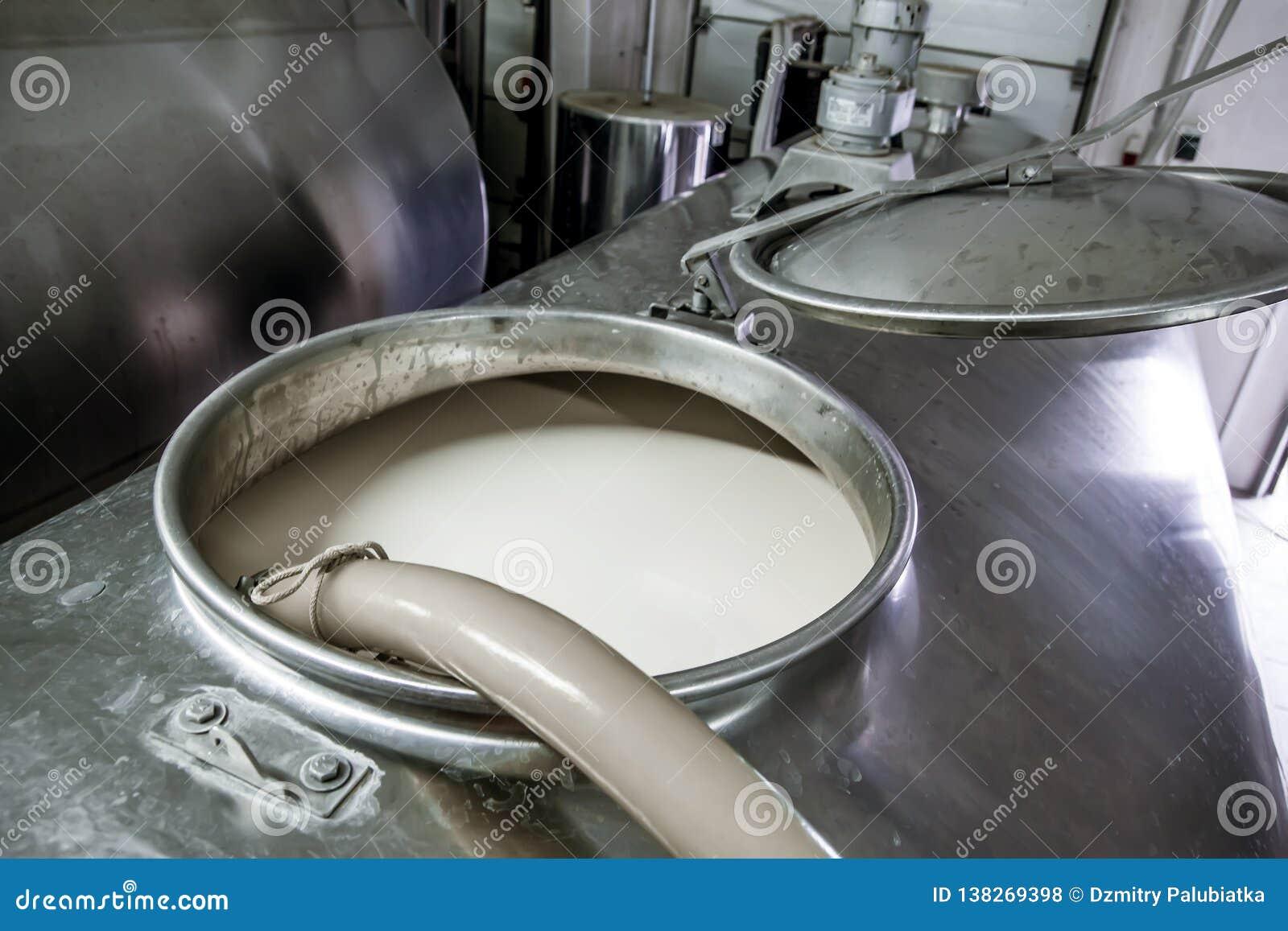 Mjölka i kylen på mejerilantgården
