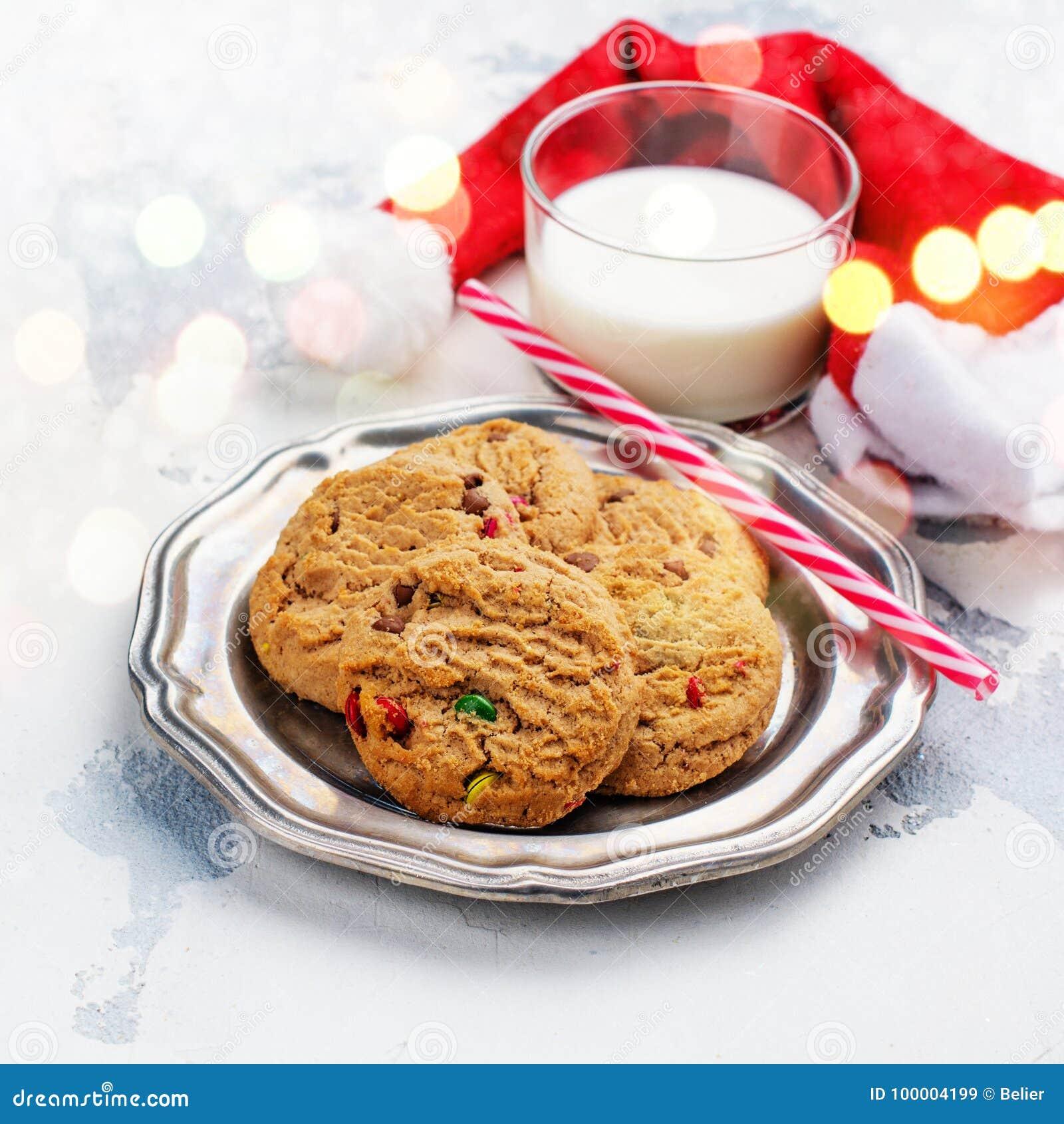 Mjölka och kakor hatten för för Santa Claus och jultomten` s över träbac