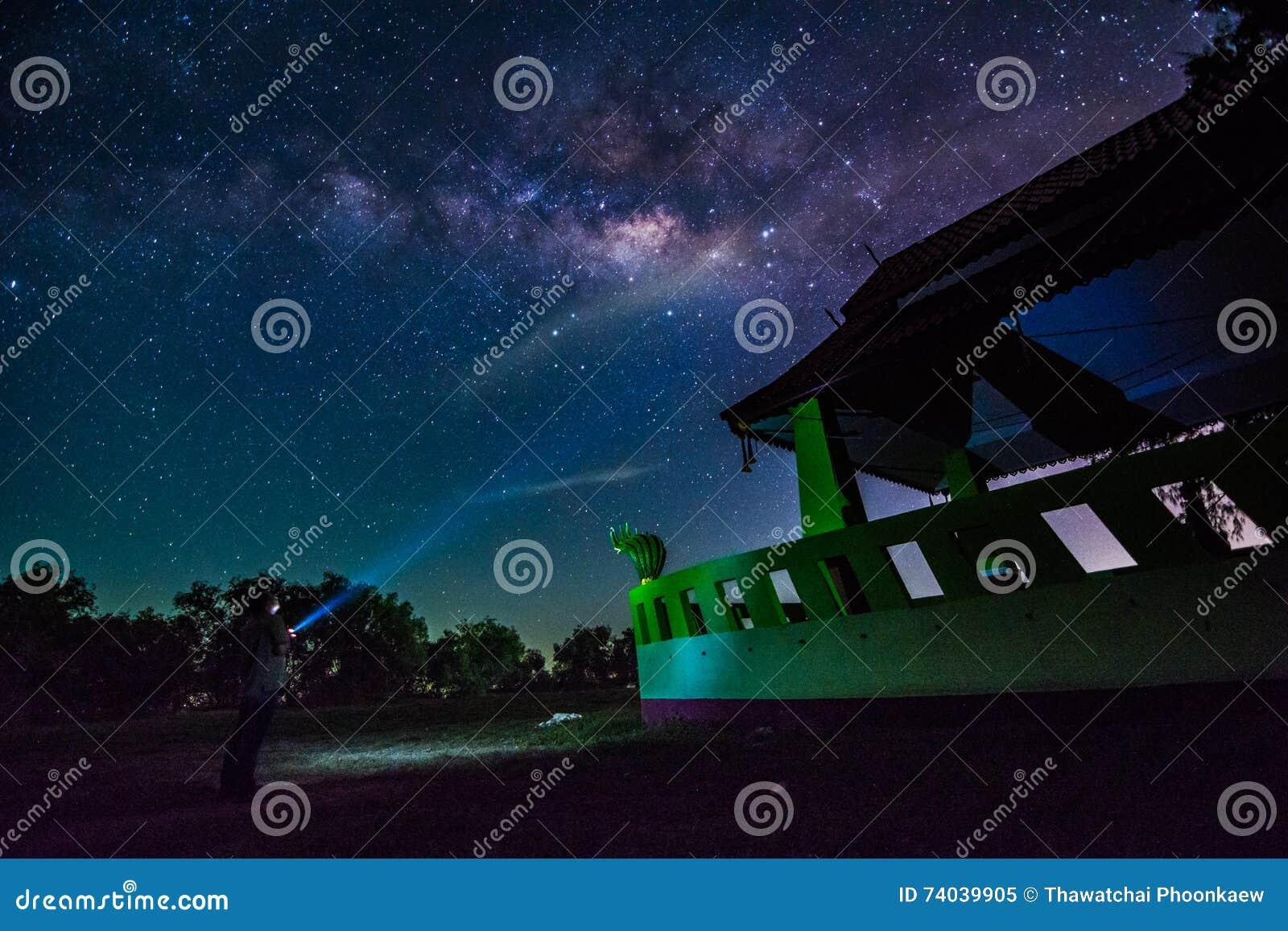 Mjölkaktig väg och miljon stjärna i himmel över den thailändska drakestatyn