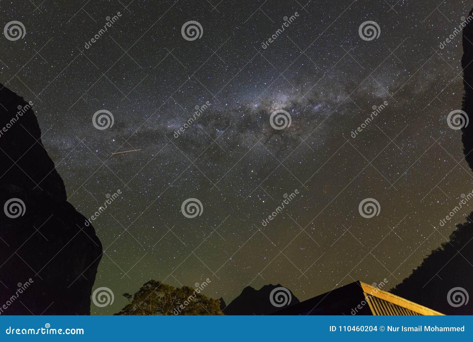 Mjölkaktig väg på klar bight i Milford Sound, Nya Zeeland