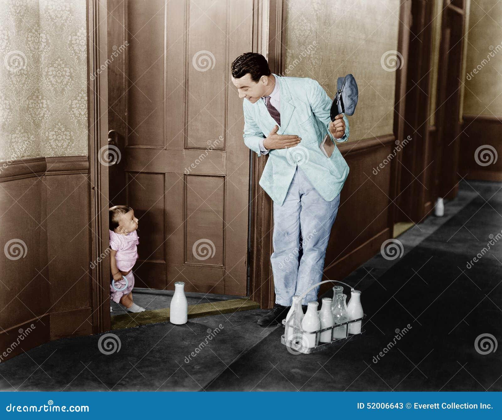 Mjölkbudhälsningen behandla som ett barn på dörren (alla visade personer inte är längre uppehälle, och inget gods finns Leverantö