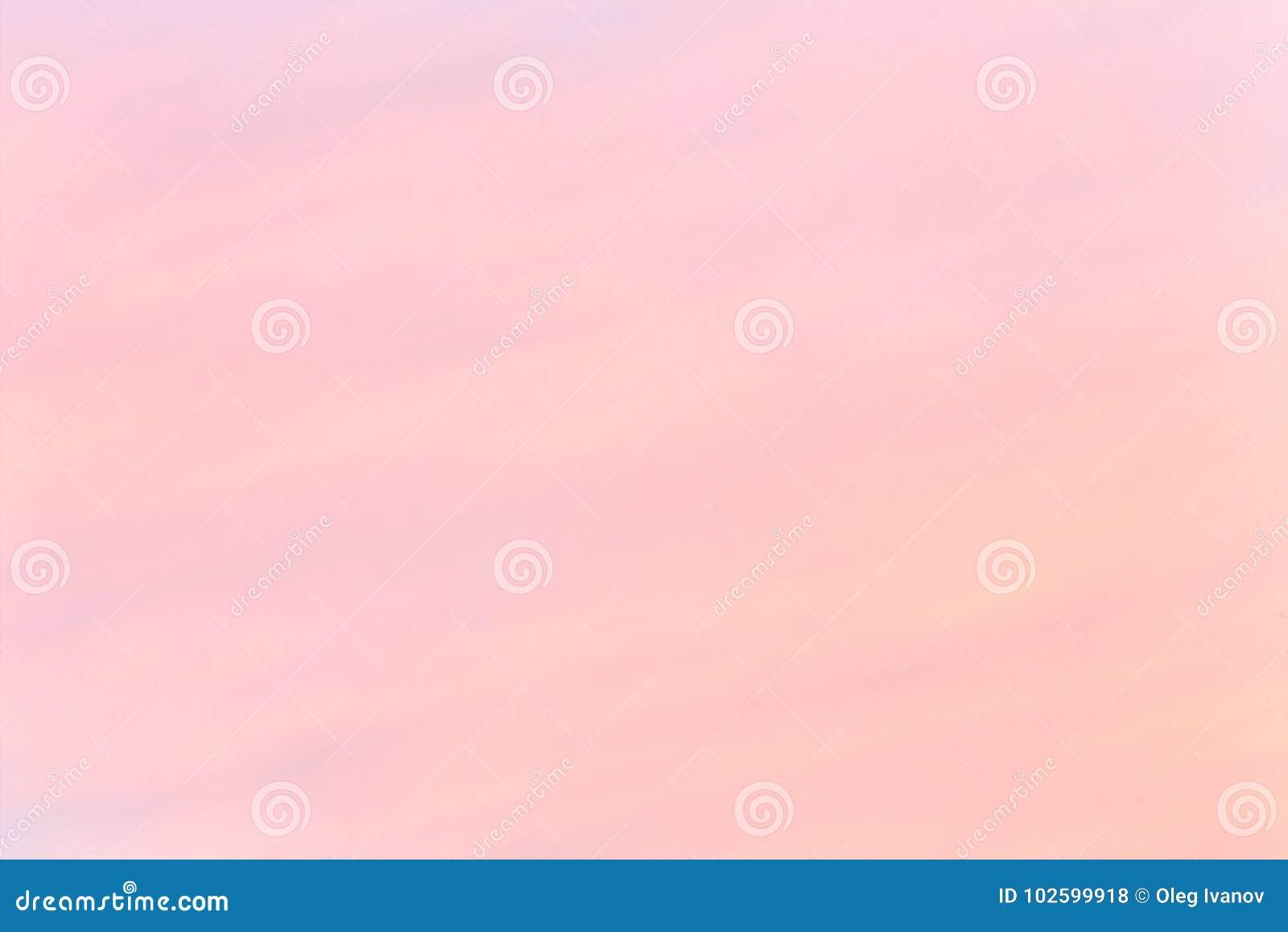 Mjuk färgrik lutning av himlen på den molnfria soluppgången tidigt på morgonen