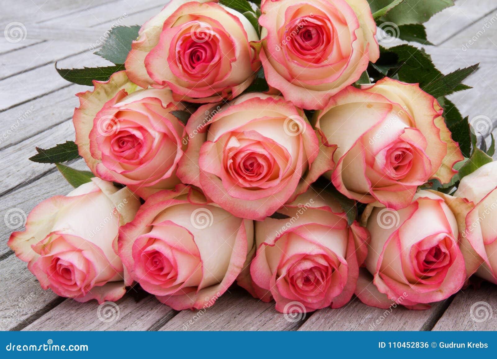 Mjuka rosor på gammalt grått trä