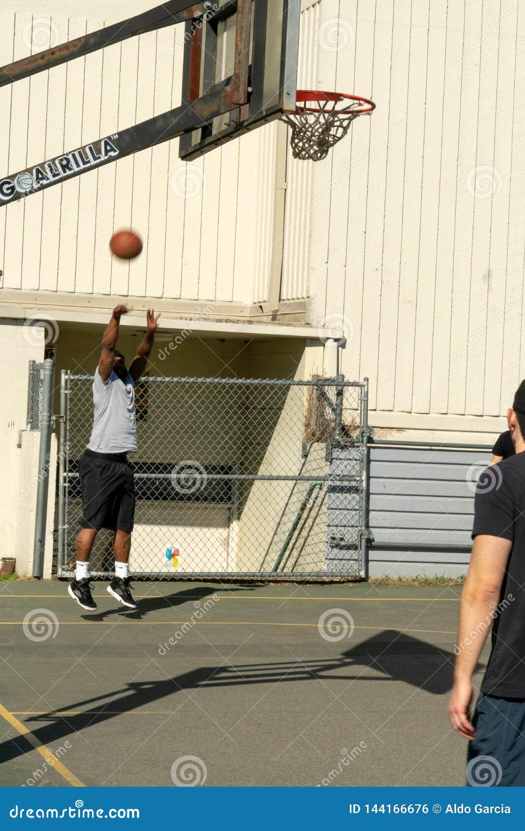 Mknąca koszykówka przy obręczem