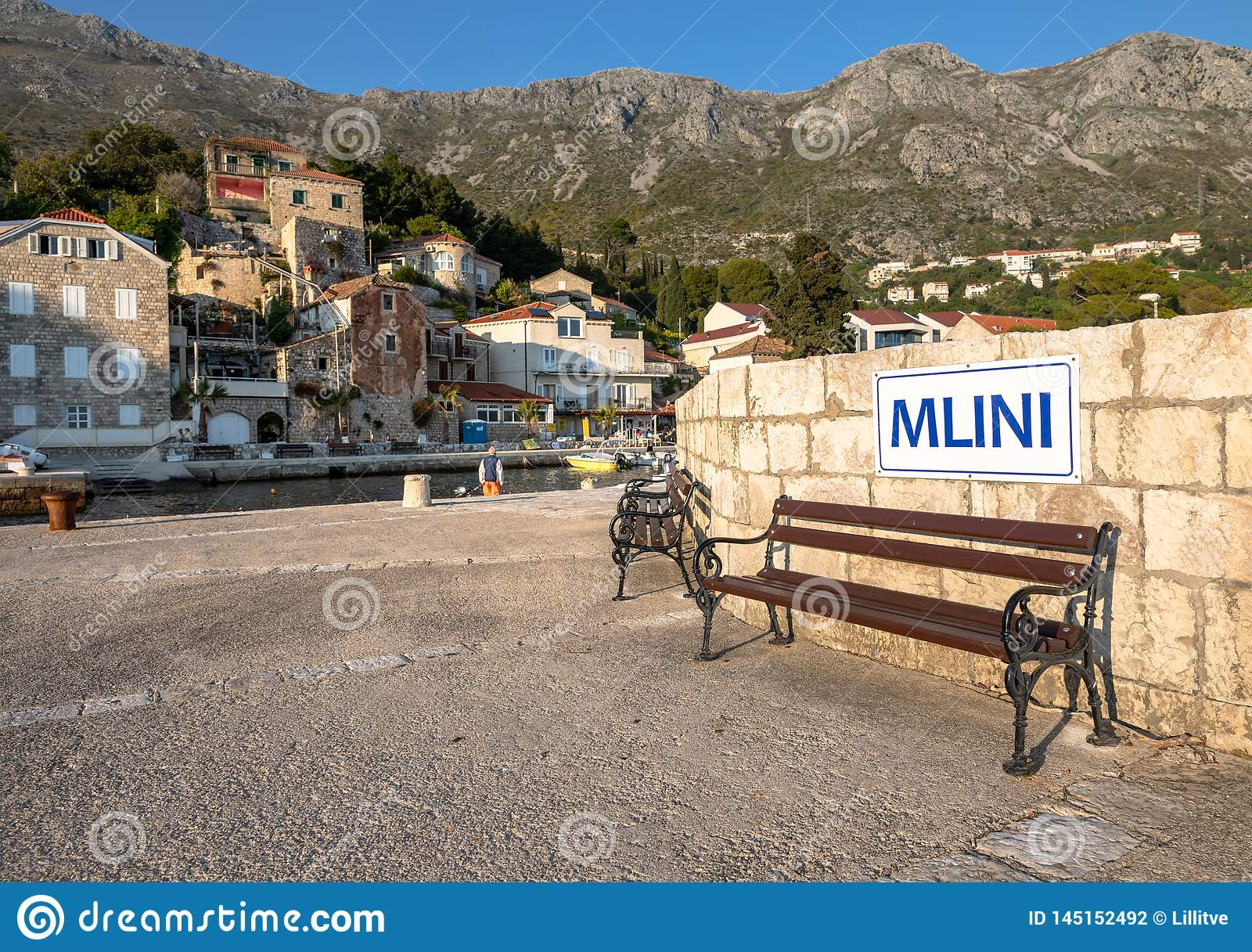 Mlini, Κροατία - τον Απρίλιο του 2019: Πάγκος και σημάδι στο ειδυλλιακό χωρι