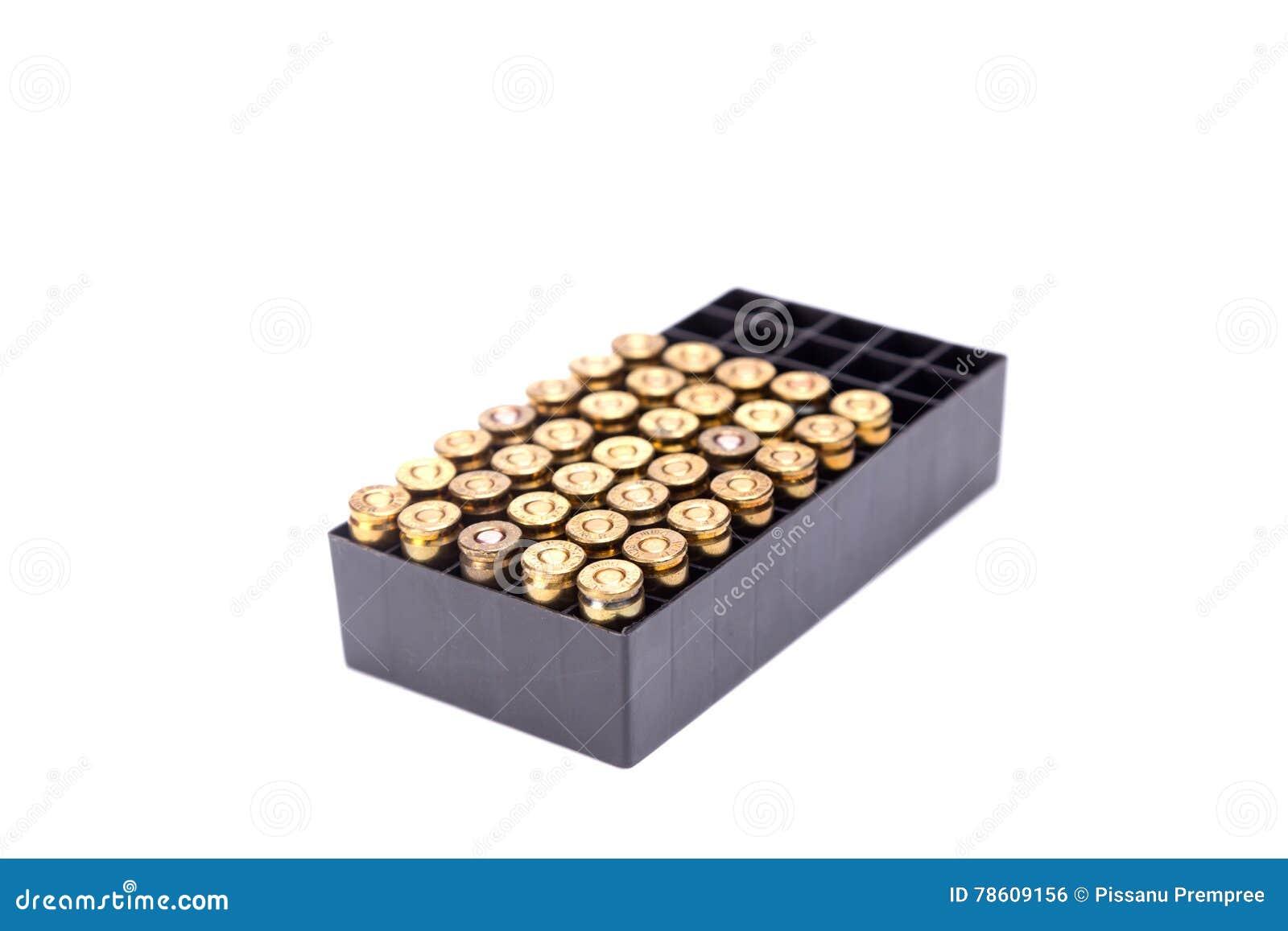 9mm изолят коробки пули на белой предпосылке