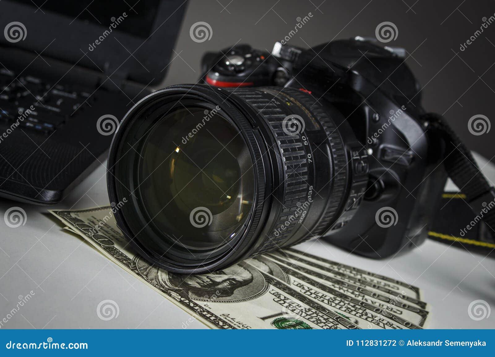 Mnóstwo dolary blisko laptopu i kamery