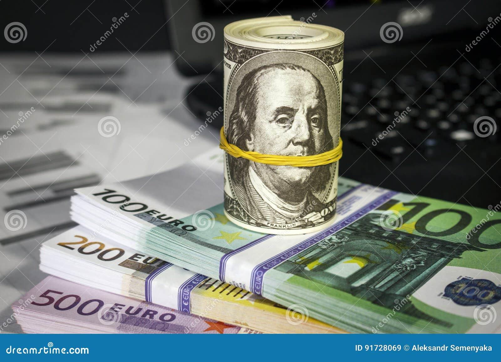 Mnóstwo euro na stole i dolary