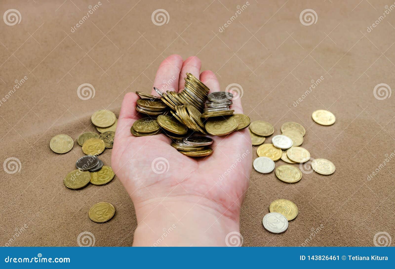 Mnóstwo monety w żeńskiej ręce