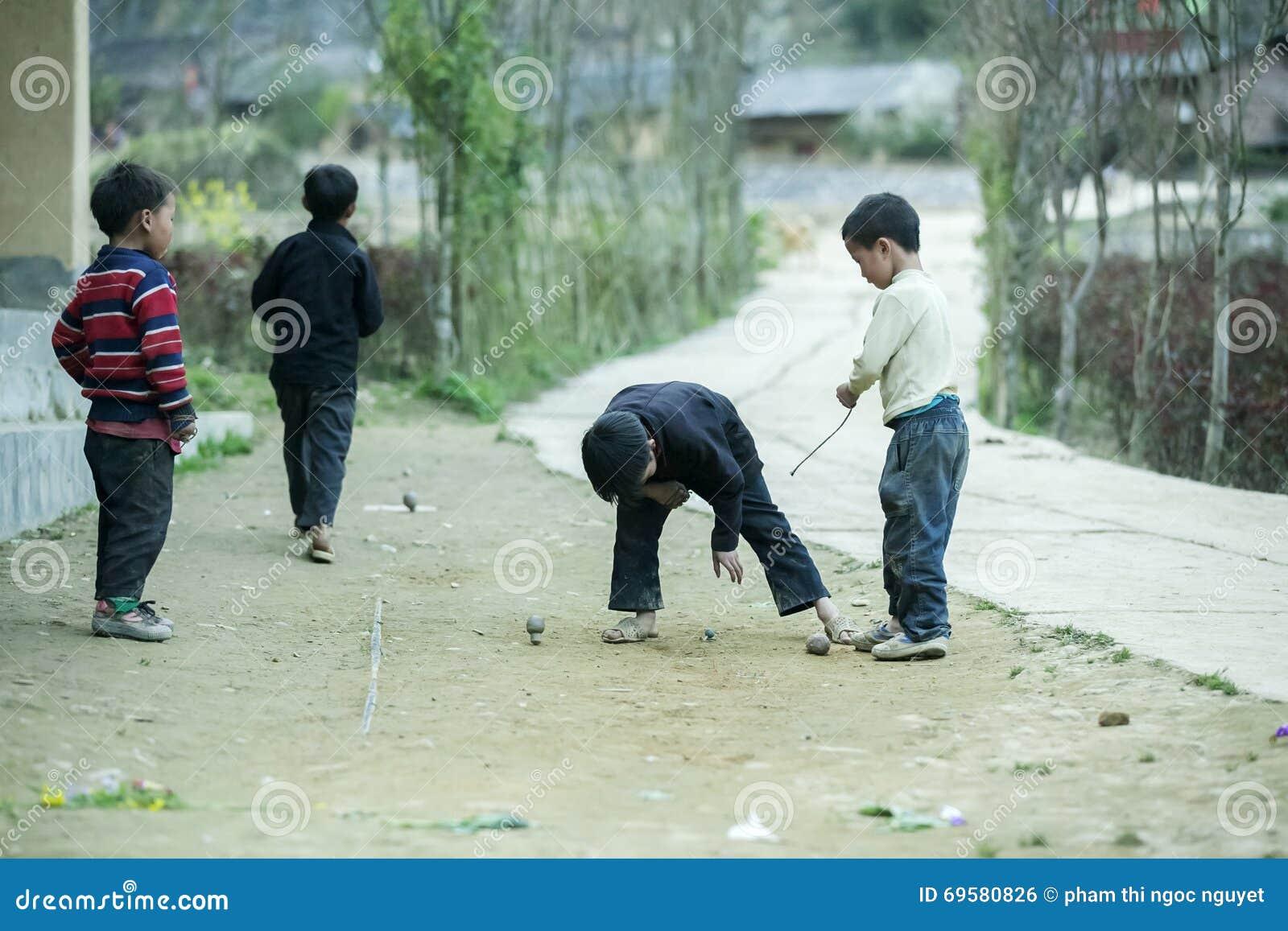 Mniejszości etnicznych dzieci przy płuca krzywka wioską