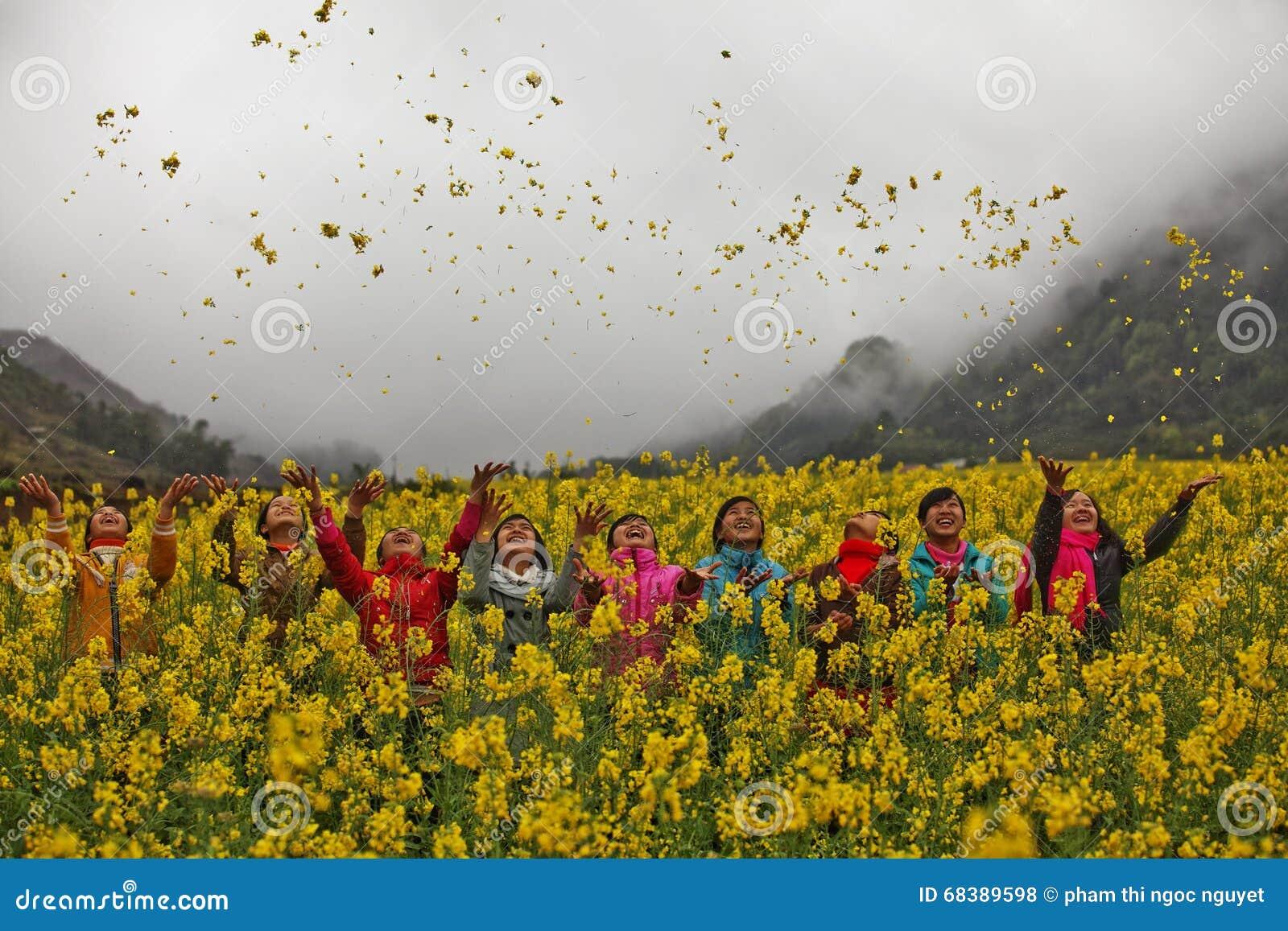 Mniejszości etnicznych dziewczyny w polu canola