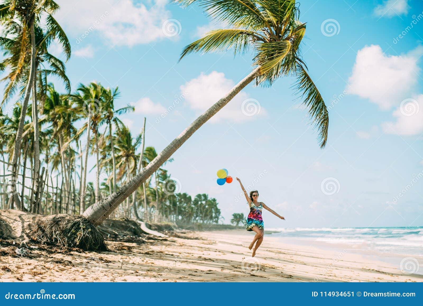 A moça anda na praia