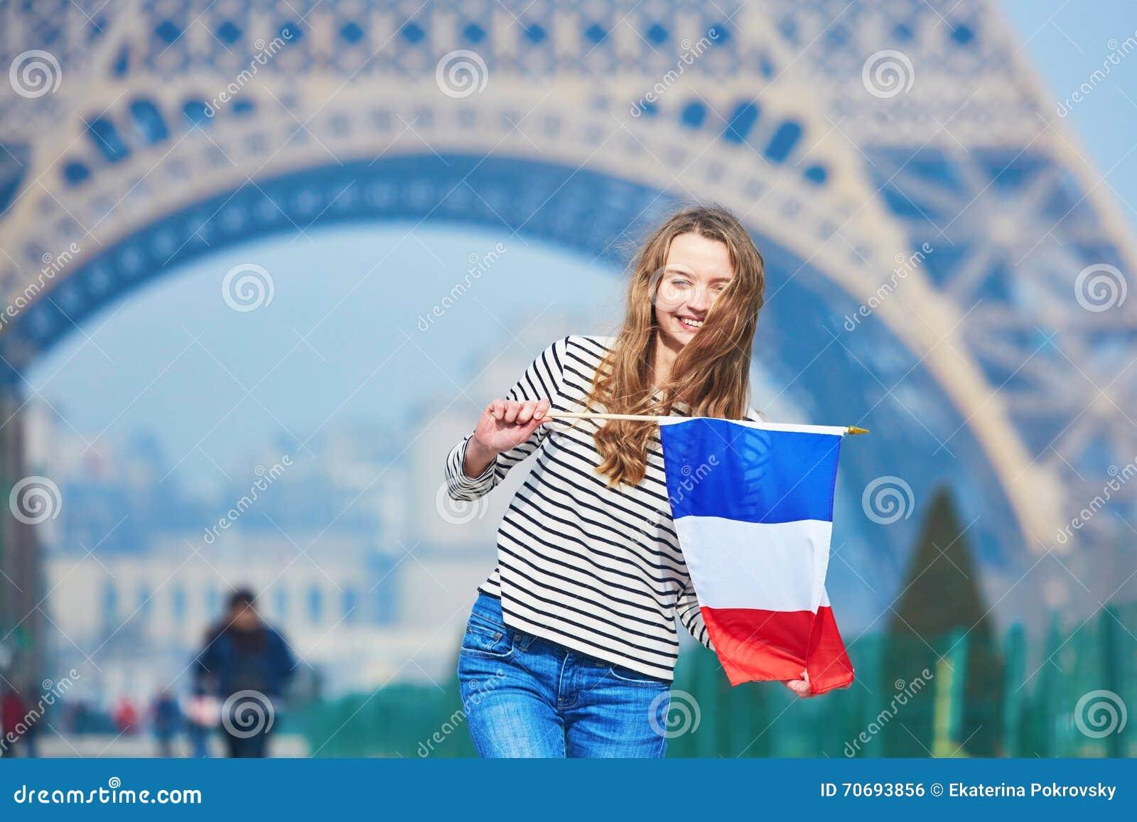 Moça bonita com a bandeira nacional francesa