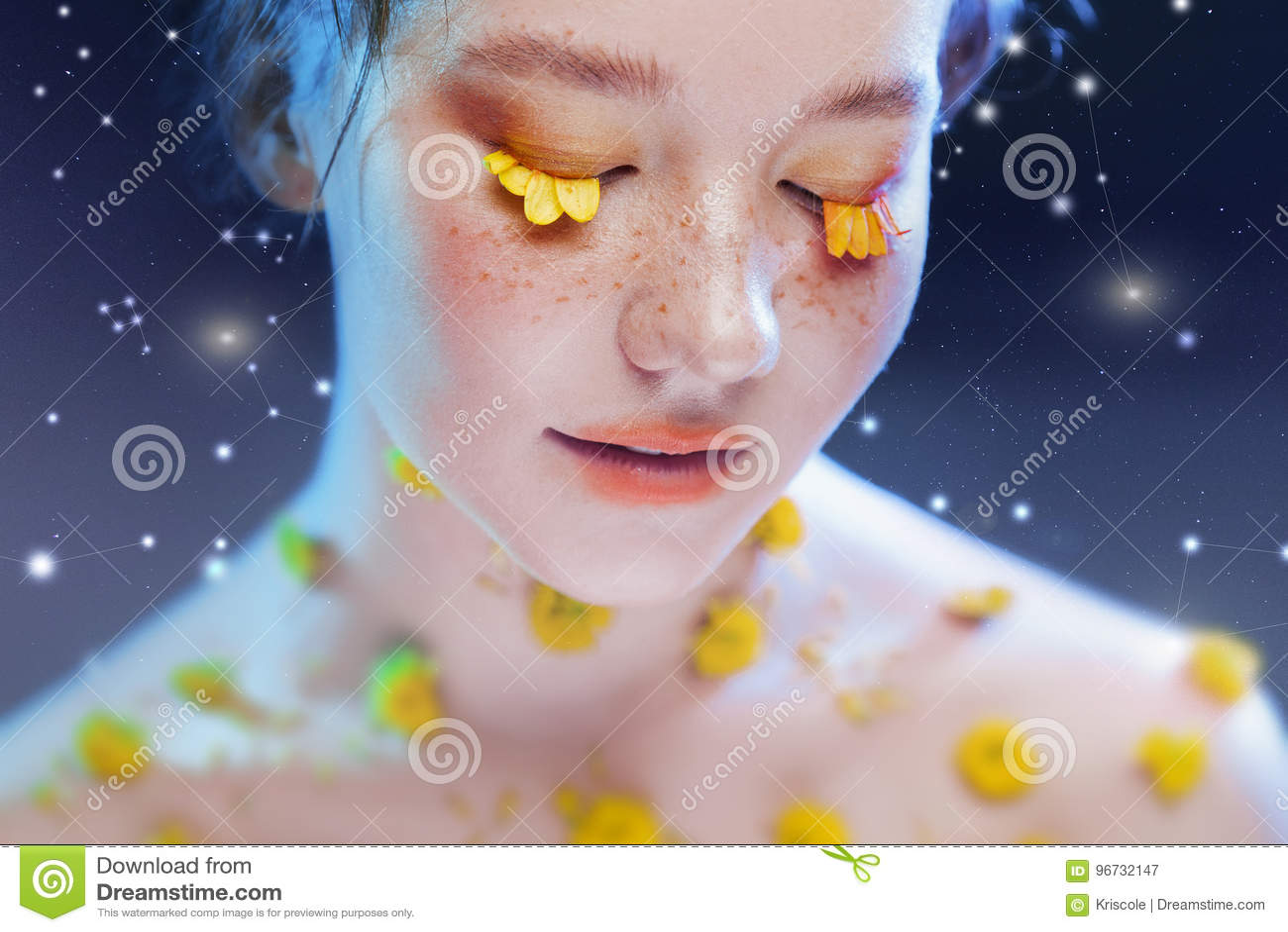 Moça bonita na imagem da flora, retrato do close-up Retrato fabuloso em um fundo estrelado