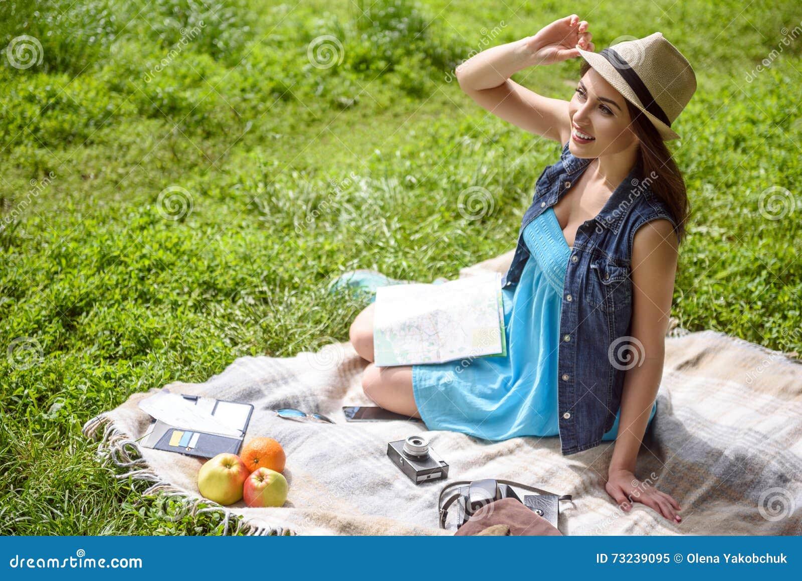 A moça bonito está descansando no parque