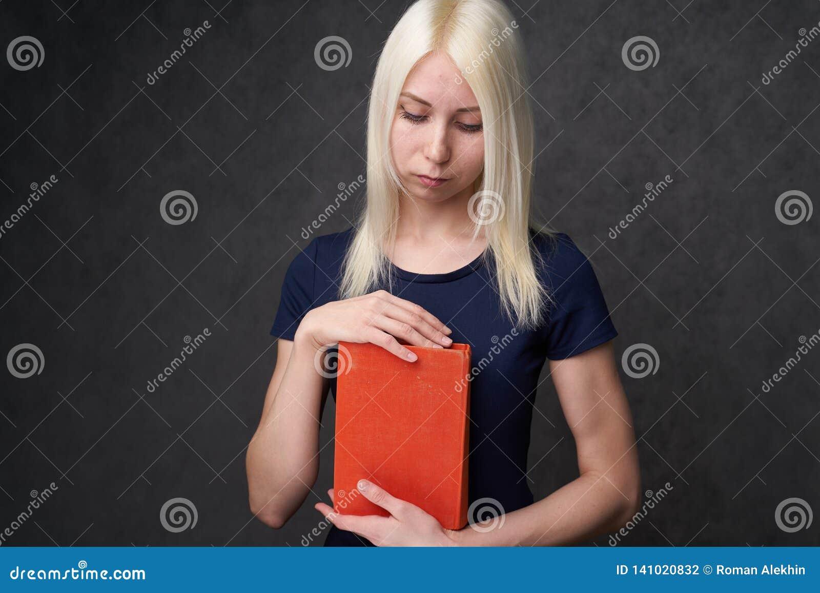 Moça com as sardas que sentam o retrato de um estudante De volta ao conceito da escola