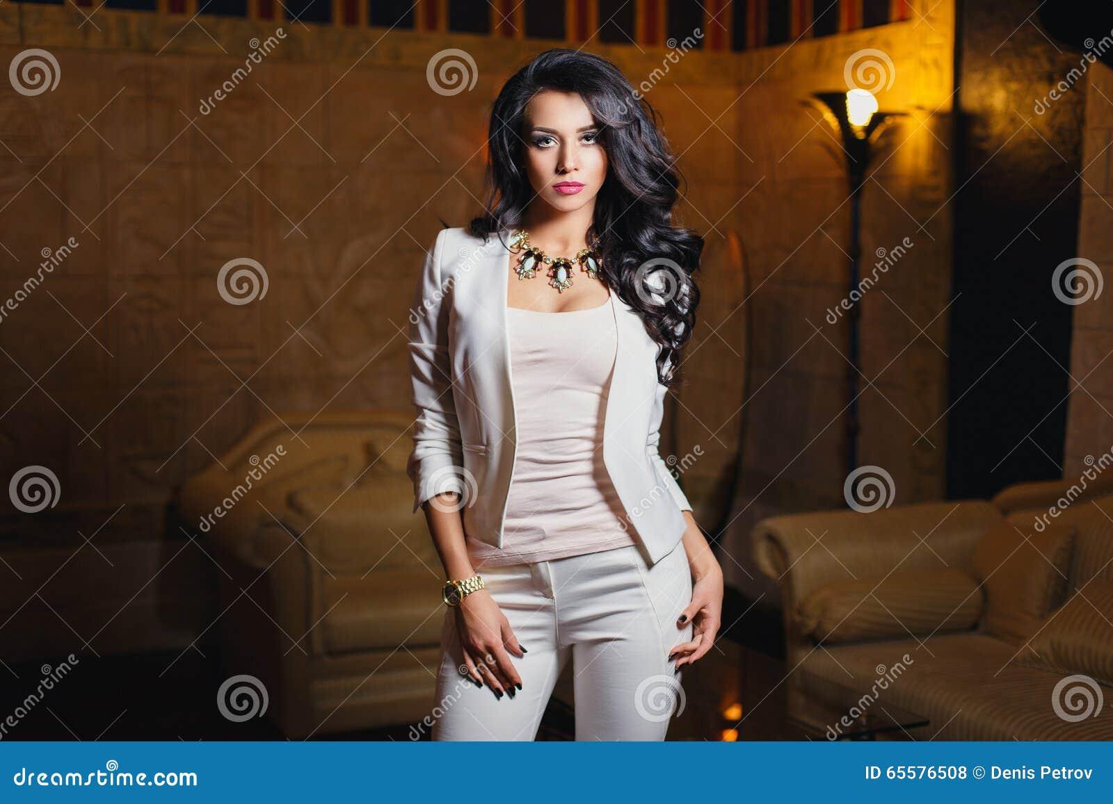 Moça em um terno branco  sexy