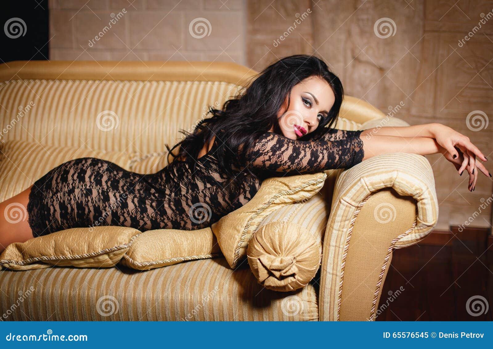 Moça em um vestido preto  sexy