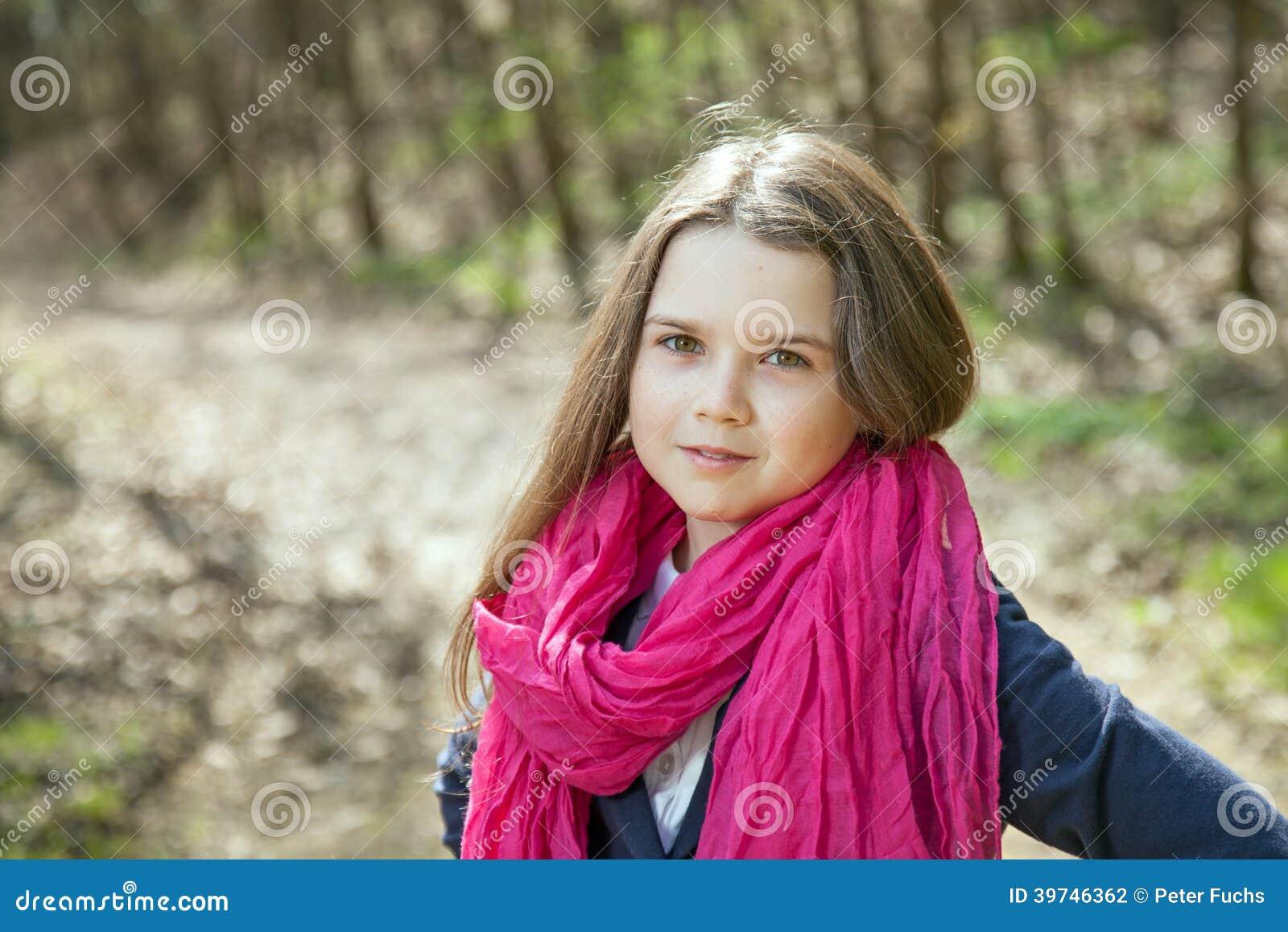 Moça em uma floresta