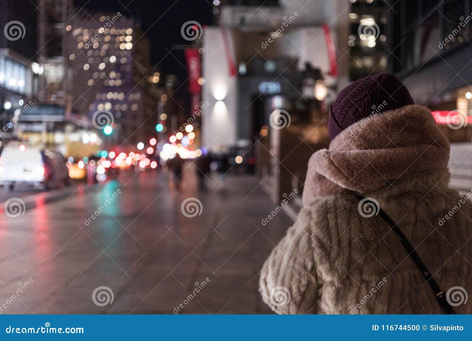 Moça que anda as ruas de New York