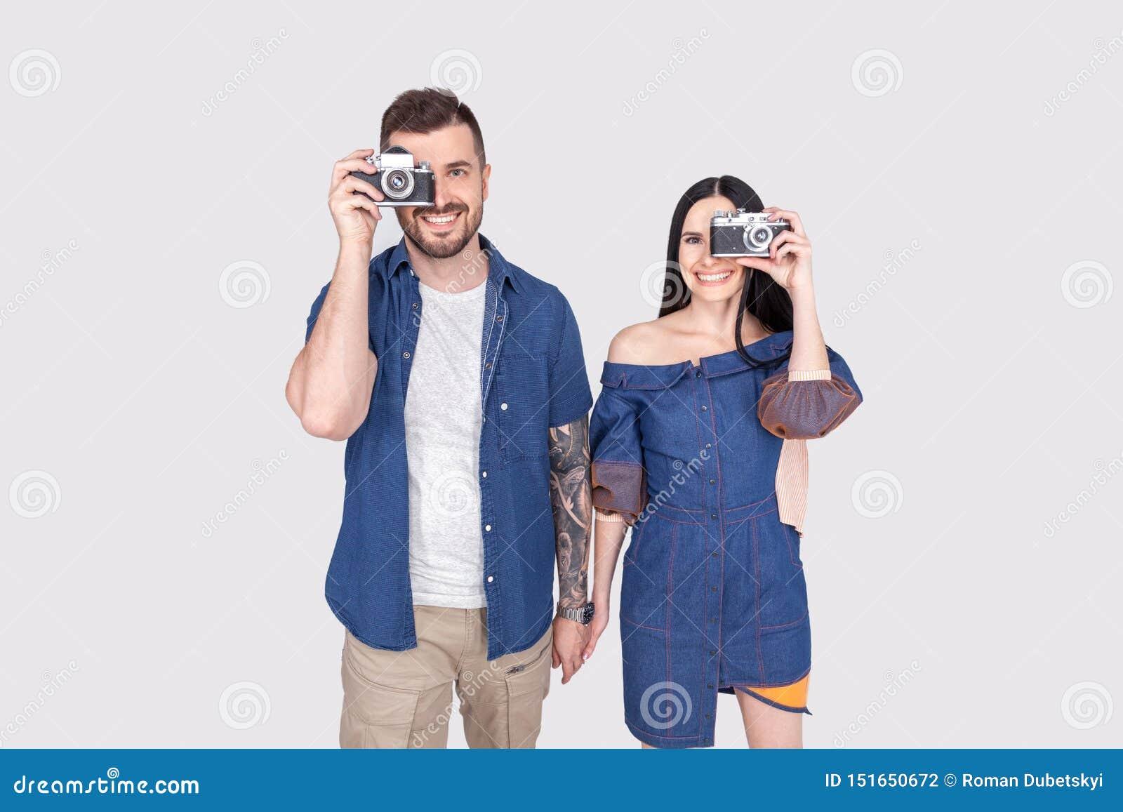 Mo?emy chapa? w ka?dej chwili Para fotografowie z retro kamerami Kobiety i mężczyzny chwyta fotografii analogowe kamery Paparazzi