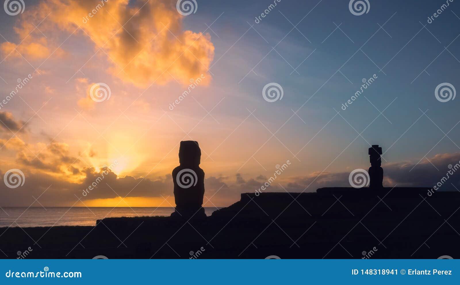 Moai av Ahu Tahai i Hanga Roa, huvudstad av p?sk?n under solnedg?ng