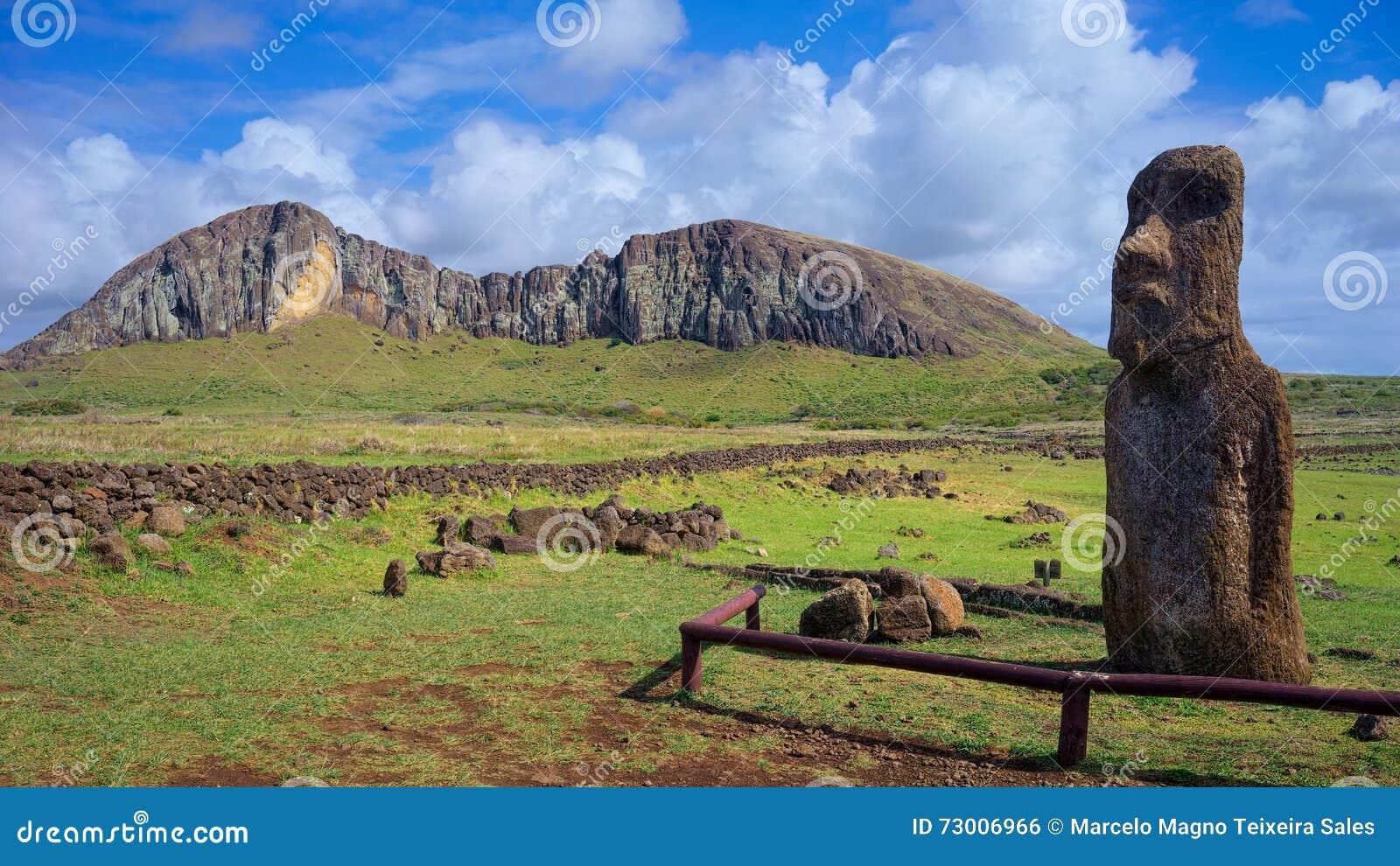 Moai Ha ere Ki Haho med vulkan Rano Raraku i bakgrunden, påskö, Chile