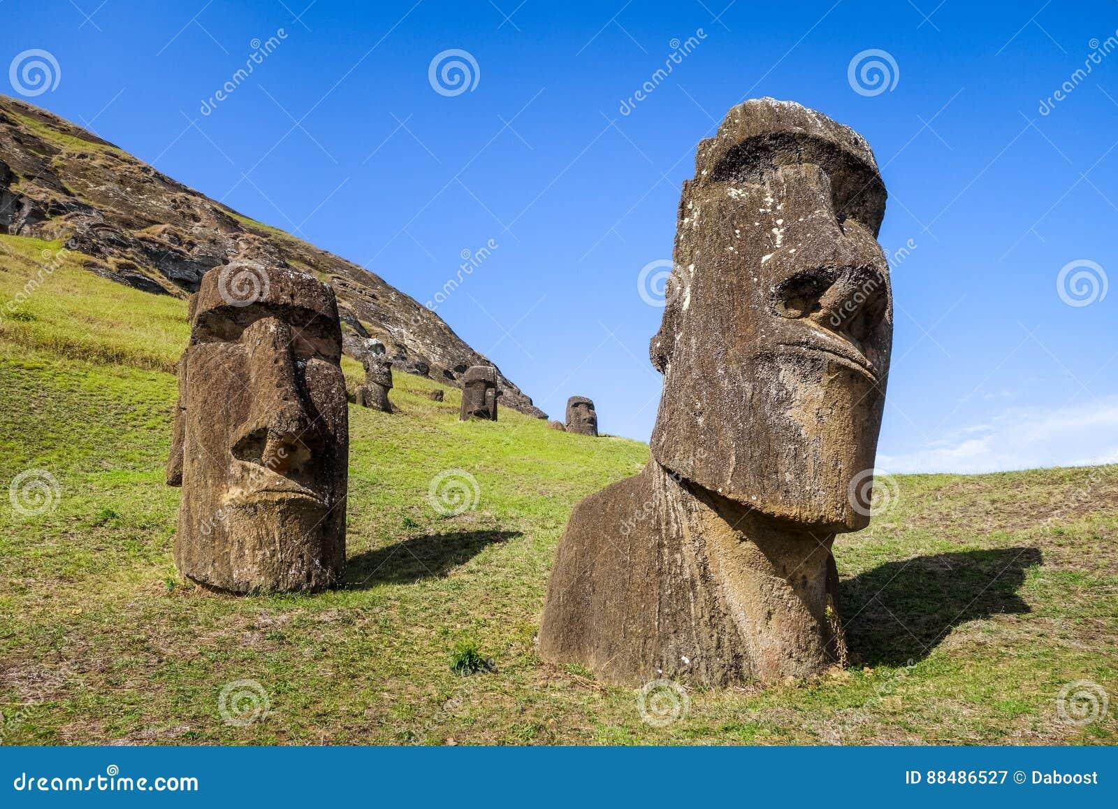 Moais statyer på den Rano Raraku vulkan, easter ö
