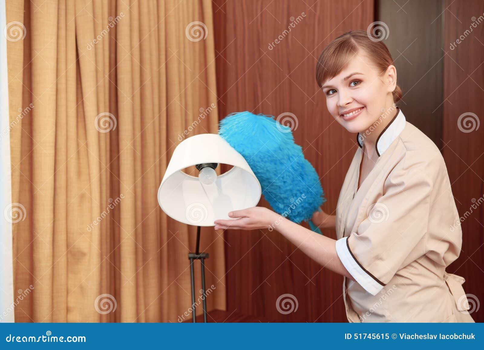 Mobília da varredura da empregada doméstica do hotel