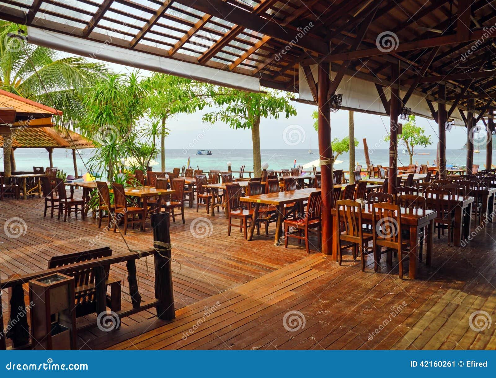 Mob lia de madeira no caf beira mar imagem de stock for Mobilia 9 6