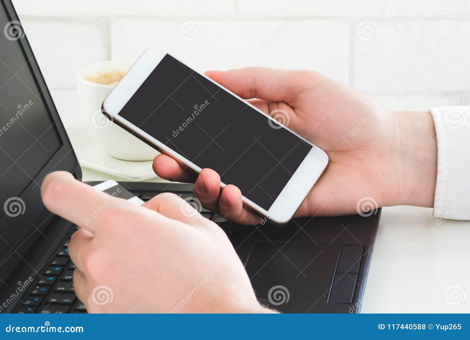 Mobiele betaling die smartphone en creditcard gebruiken