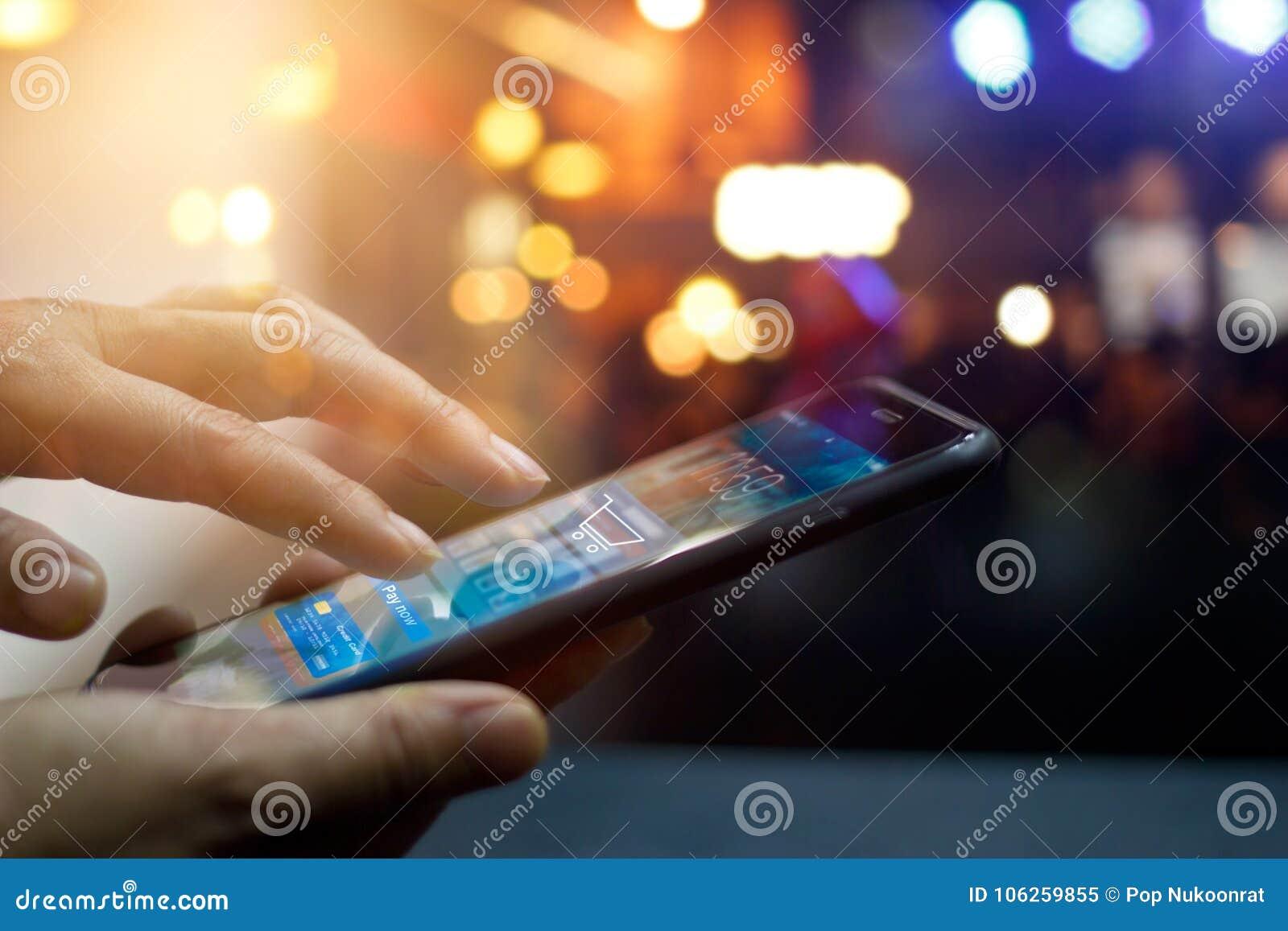 Mobiele betaling, Mens die het mobiele online winkelen gebruiken