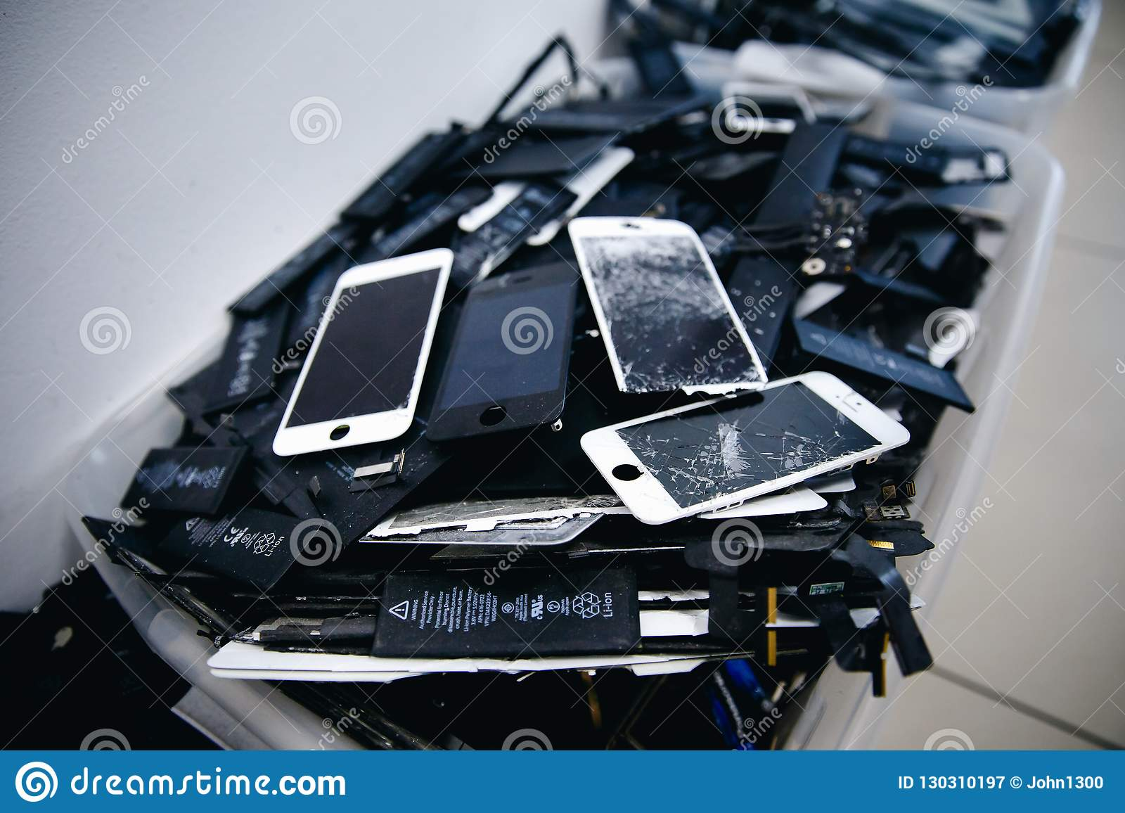 Mobile phone batteries, tablets, broken screens LCD iPhone