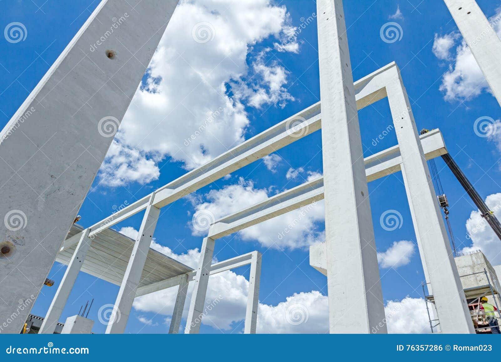 mobiler kran ist versammlungsskelett der enormen halle langer beton pu stockfoto bild von. Black Bedroom Furniture Sets. Home Design Ideas
