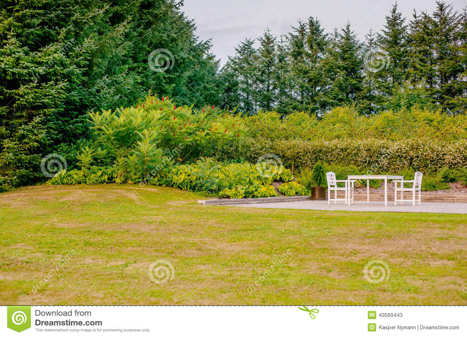 Mobili da giardino bianchi su un terrazzo immagine stock for Mobili da giardino terrazzo