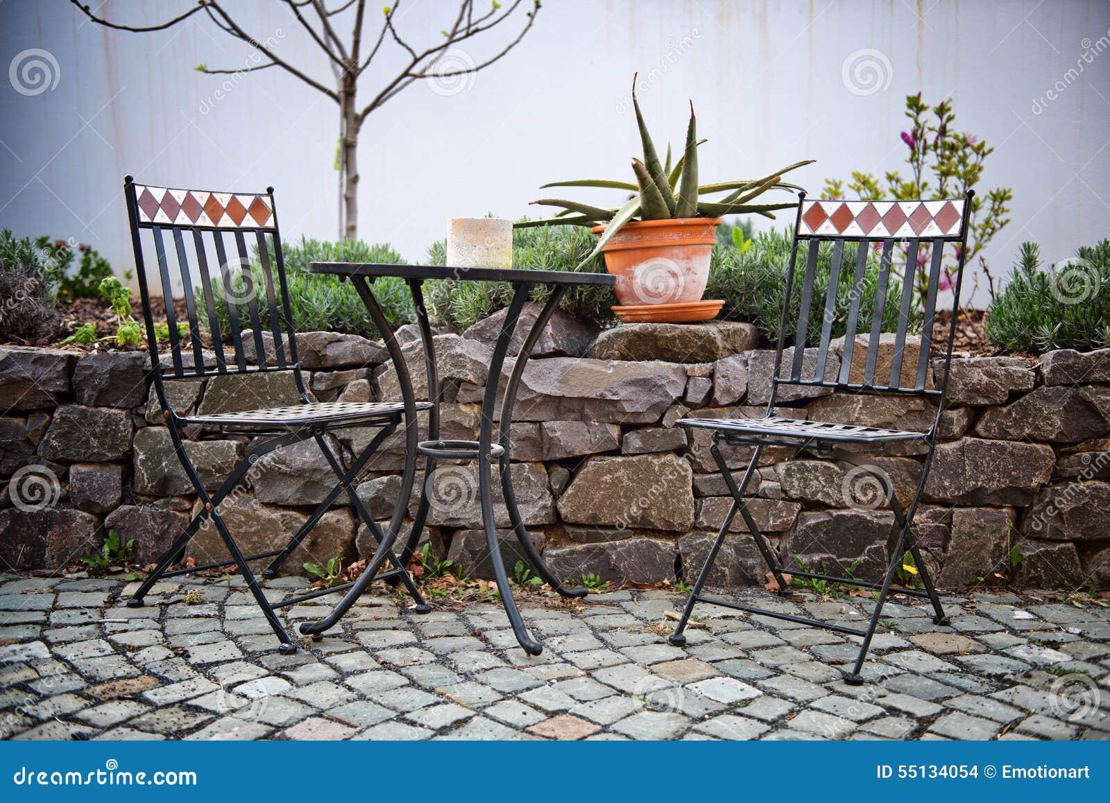 Mobili Da Giardino In Ghisa.Mobili Da Giardino Del Ghisa Su Un Patio Fotografia Stock Immagine