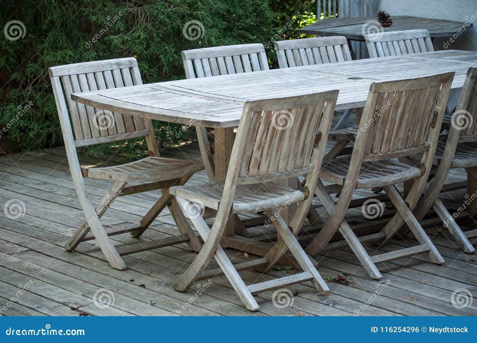 Mobili da giardino del tek su un terrazzo di legno in for Mobili da giardino terrazzo