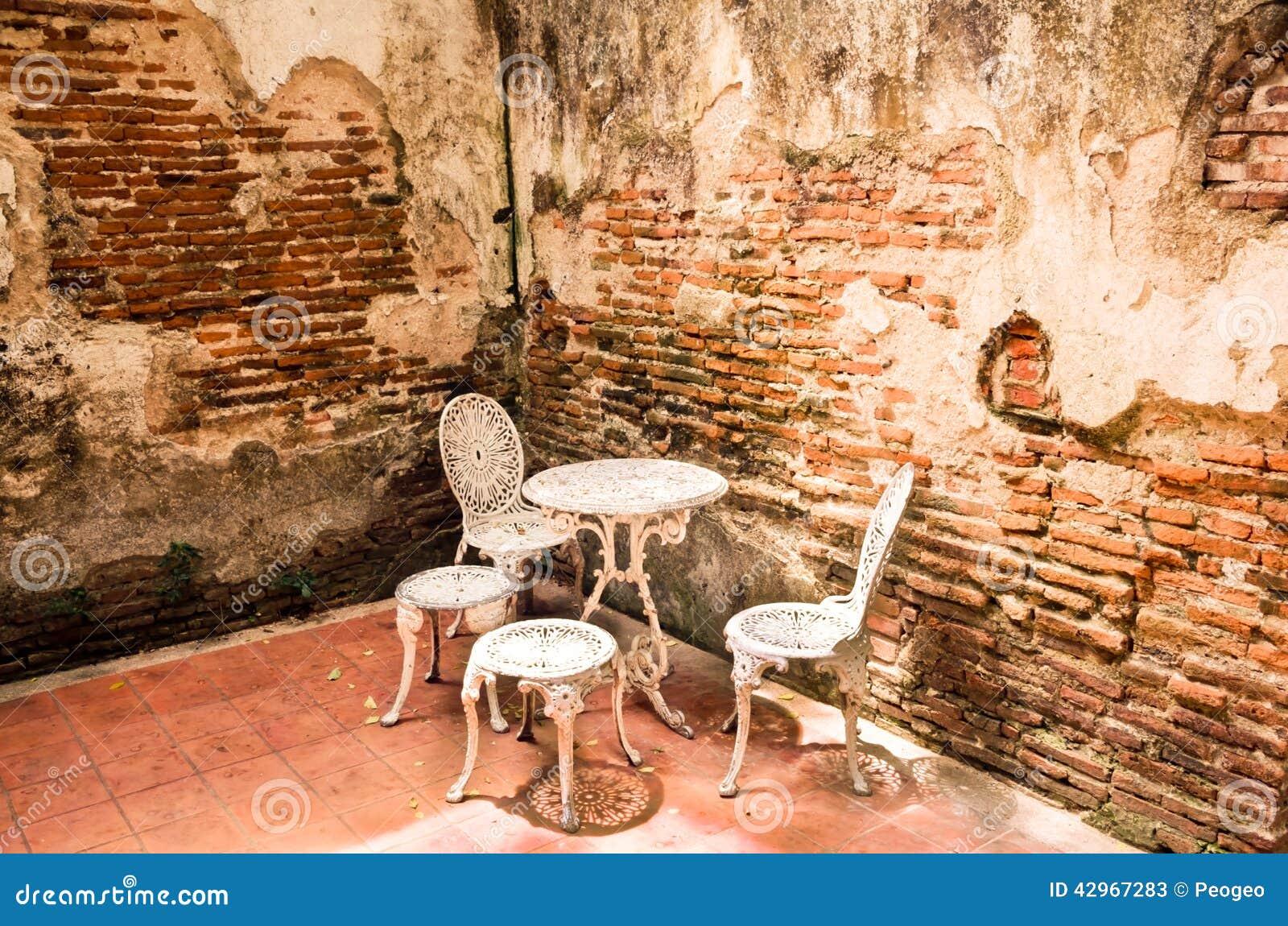 Mobili da giardino messi con il vecchio muro di mattoni - More da giardino ...
