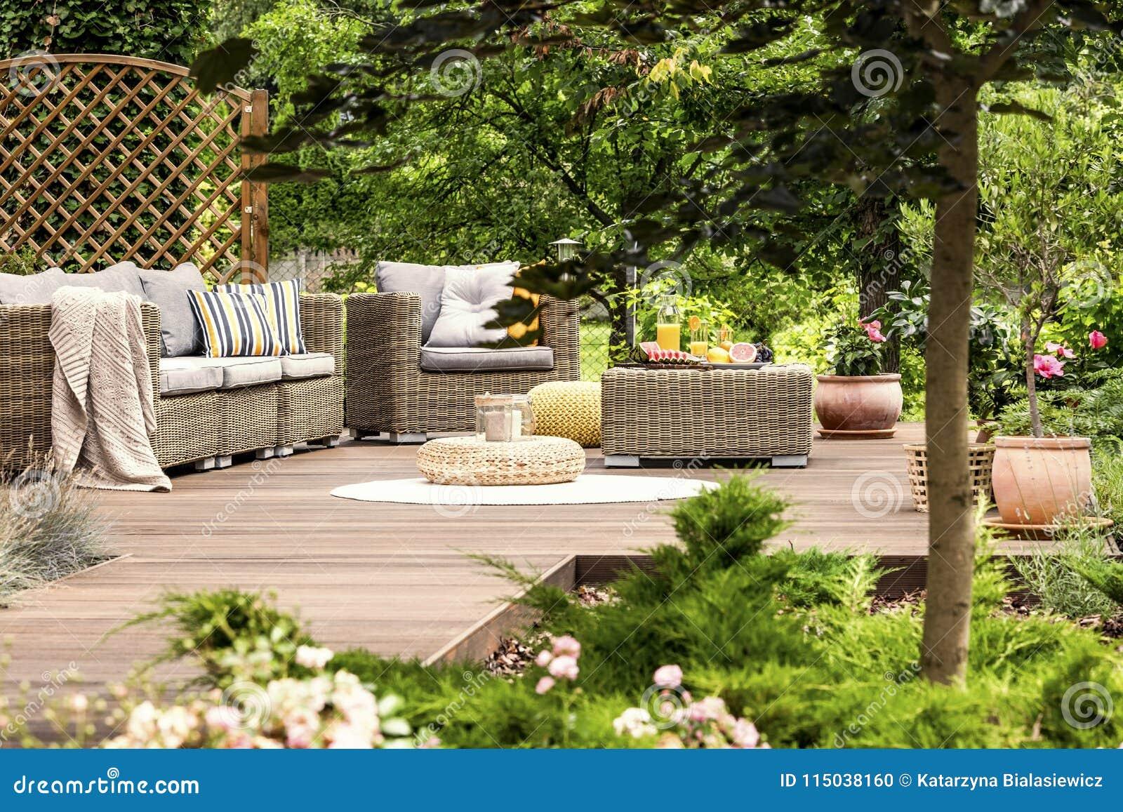 Mobili da giardino sul patio di legno fotografia stock immagine