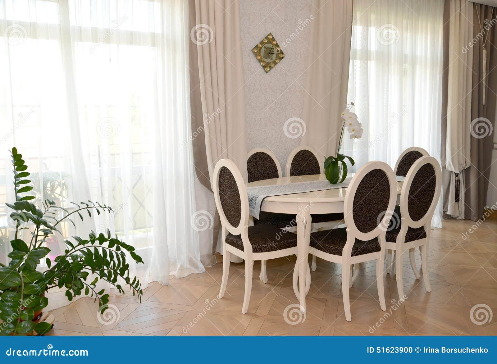 Tende Salone Bianco.Mobilia Bianca In Un Salotto Classico Moderno Fotografia
