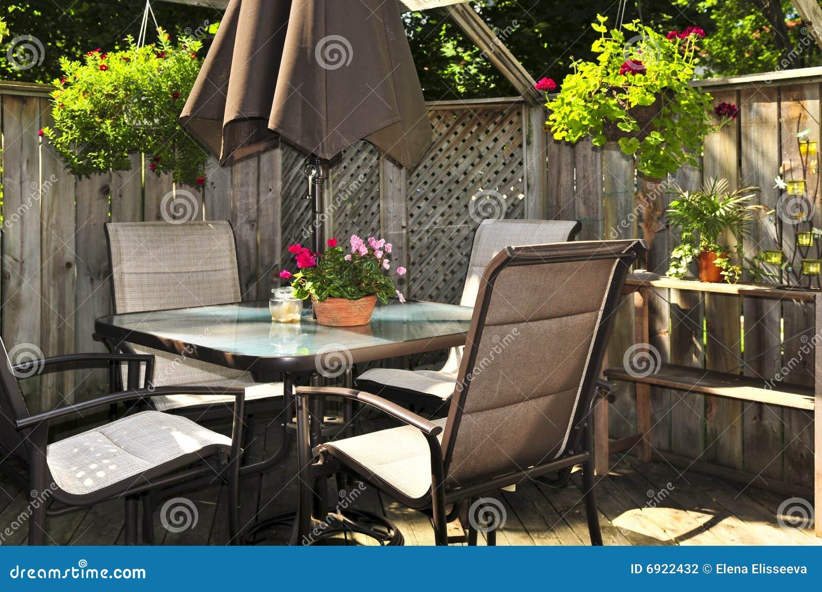Mobilia del patio su una piattaforma
