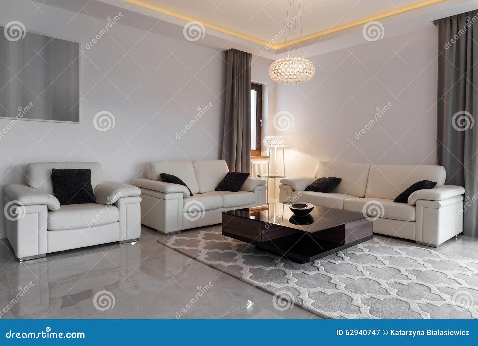 Mobilia di cuoio in salotto elegante fotografia stock for Salotto elegante