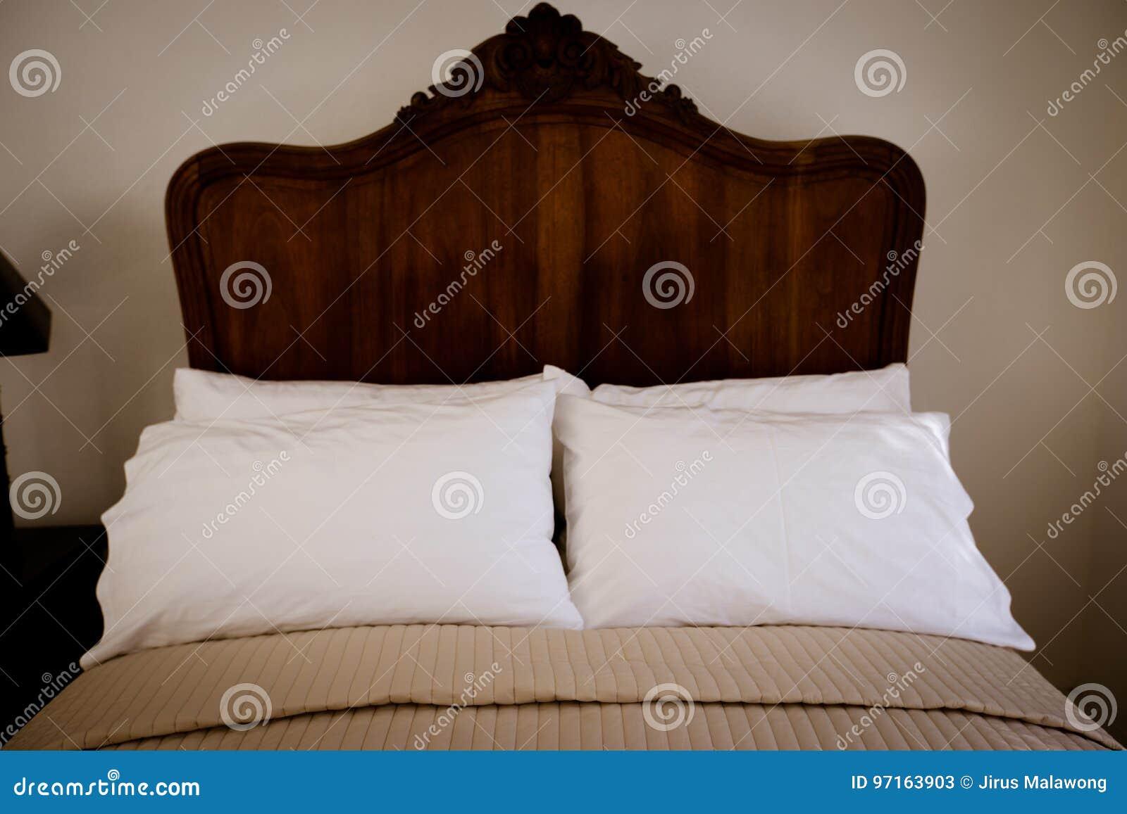 Mobilia di legno del letto del tek classico nella camera da letto