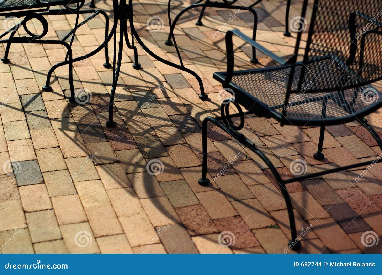 Mobilia esterna su un patio del mattone fotografia stock for Mobilia download