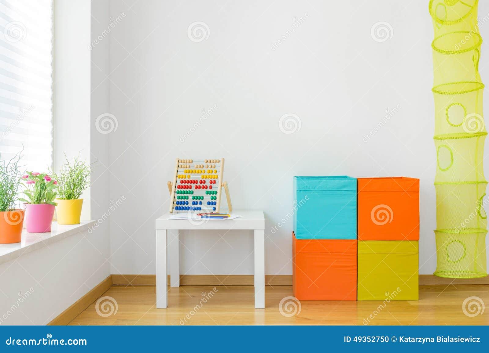 Mobilia variopinta nella stanza di bambini fotografia for Mobilia spazio